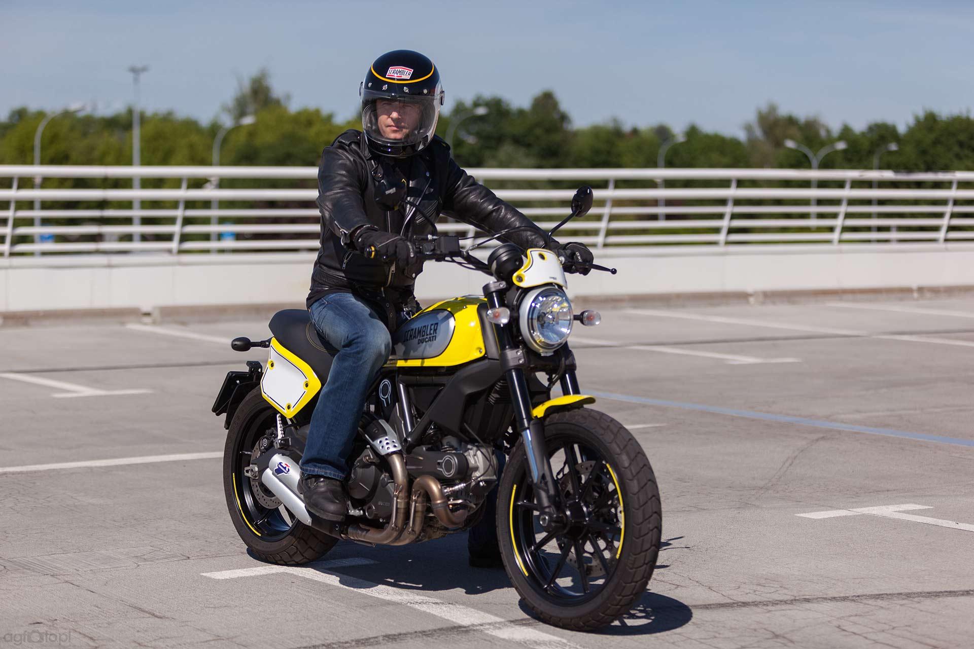ducati_scrambler_parking_motocyklicznie